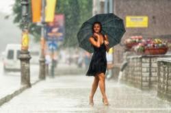 НЕКОТОРЫЕ ЛЮДИ ... - гуляют под дождем,другие просто мокнут....